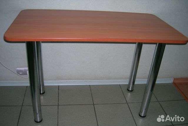Кухонный стол на металлических ножках